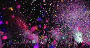 Public d'un concert sous une pluie de confettis